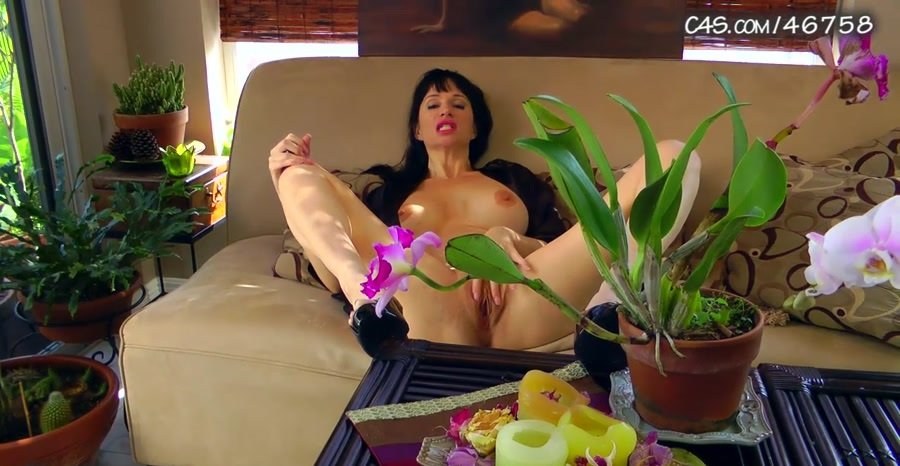 Angie Noire - Mom Wants Some Playtime (HD 720p/193 MB)