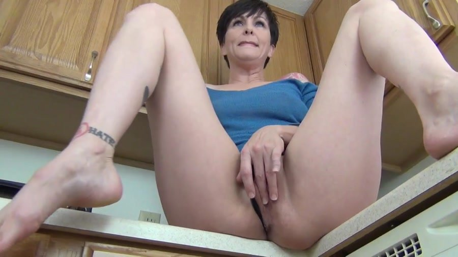 Mrs Mischief (aka Dana Kane) - Upskirt Mommy (HD 720p/171 MB)