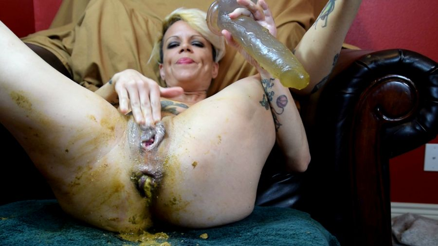 Juicy Julia - Shitty Prolapse and Piss (FullHD 1080p/1.79 GB)